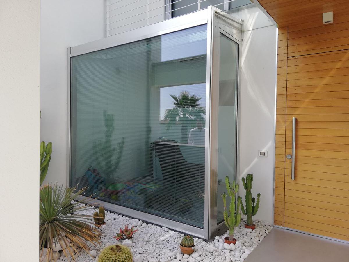 Capaldo: vetrata in alluminio aluk e finitura simil-acciaio